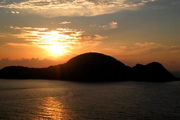 横から見ると猫崎半島は、キューピーさんが寝ているような形をしています。